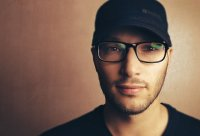 Chłopak w okularach