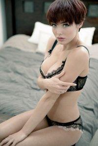 Modelka w czarnej bieliźnie